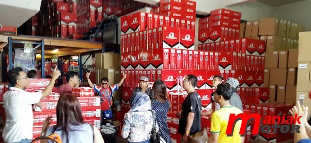 Peserta melihat dari dekat penataan barang di gudang