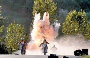 Anak didik Rossi balap pakai trail dengan rentetan bom di belakang mereka