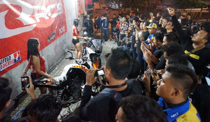 Nobar-RCB-Surabaya-02-Lady-Bike-Wash